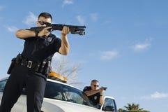 Polizeibeamte Aiming Shotgun Lizenzfreie Stockfotos