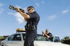 Polizeibeamte Aiming Shotgun Stockfoto