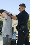 Polizeibeamte Arresting Young Man Lizenzfreie Stockfotos