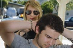 Polizeibeamte Arresting Young Man Stockfoto