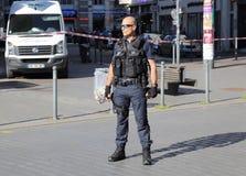 Polizeibeamte, der die Straße während der Bombendrohung schützt Stockbild