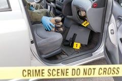 Polizeibeamte, der Drogenpakete gefunden im Geheimfach hält lizenzfreies stockfoto