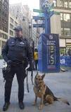 Polizeibeamte des NYPD-Durchfahrt-Büros K-9 und Schäferhund K-9, die Sicherheit auf Broadway während der Woche des Super Bowl XLVI Lizenzfreie Stockfotos