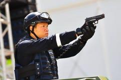 Polizeibeamte, die Revolver auf NDP 2010 zeigt Stockfotografie