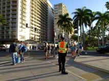 Polizeibeamte Direct Traffic in Waikiki Lizenzfreie Stockfotos