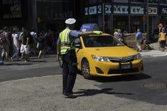 Polizeibeamte Directs Midtown Traffic Lizenzfreie Stockbilder