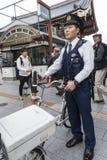 Polizeibeamte mit Fahrrad Asakusa Tokyo stockbild