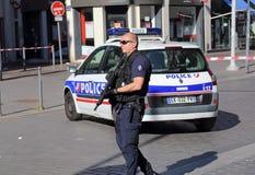 Polizeibeamte mit Gewehr die Straße schützend Stockfotos