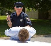 Polizeibeamte mit Handschellen Stockfotos
