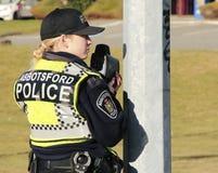Polizeibeamte mit Radar-Gewehr Stockfoto
