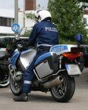 Polizeibeamte mit seinem Motorrad Stockfotografie