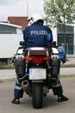 Polizeibeamte mit seinem Motorrad Lizenzfreie Stockfotografie