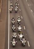 Polizeibeamte-Motorcyle-Eskorte Stockfotos