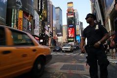 Polizeibeamte und Fahrerhaus im Times Square Lizenzfreies Stockfoto