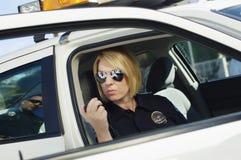 Polizeibeamte Using Two-Way Radio Lizenzfreie Stockfotos