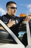 Polizeibeamte Using Two-Way Radio Lizenzfreie Stockfotografie