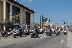 Polizeibeamten auf den Motorrädern, die an durchführen Lizenzfreie Stockfotos