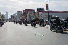 Polizeibeamten auf den Motorrädern, die an durchführen Lizenzfreies Stockbild