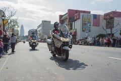 Polizeibeamten auf den Motorrädern, die an durchführen Lizenzfreie Stockfotografie