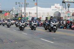 Polizeibeamten auf den Motorrädern, die an durchführen Lizenzfreies Stockfoto