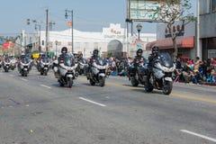 Polizeibeamten auf den Motorrädern, die an durchführen Lizenzfreie Stockbilder