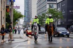 Polizeibeamten auf Pferden in im Stadtzentrum gelegenem Toronto Lizenzfreie Stockbilder