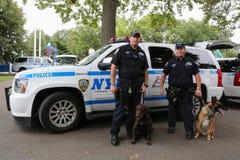 Polizeibeamten des NYPD-Durchfahrt-Büros K-9 und Hunde K-9, die Sicherheit in der nationalen Tennis-Mitte während US Open 2014 be Lizenzfreie Stockbilder