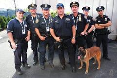 Polizeibeamten des NYPD-Durchfahrt-Büros K-9 und K-9 verfolgen die Lieferung von Sicherheit in der nationalen Tennis-Mitte währen Lizenzfreie Stockbilder