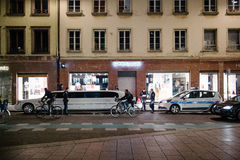 Polizeibeamten, die eine Limousine kontrollieren Stockfoto