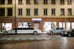 Polizeibeamten, die eine Limousine kontrollieren Lizenzfreies Stockfoto