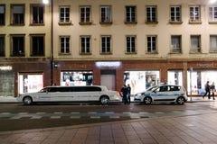Polizeibeamten, die eine Limousine kontrollieren Lizenzfreie Stockbilder