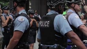 Polizeibeamten, die in einer Gruppe 1080p stehen stock video