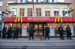 Polizeibeamten, die McDonald's in Dänemark schützen Stockbilder