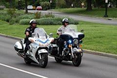 Polizeibeamten, die Motorräder reiten Stockfotografie
