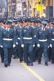 Polizeibeamten, die in Parade grenzen stockfotos
