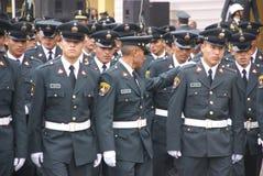 Polizeibeamten, die in Parade grenzen stockfoto