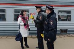 Polizeibeamten geben Blumen zum women& x27; s-Tag Lizenzfreie Stockbilder