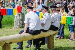 Polizeibeamten haben einen Rest, der auf einem Klotz sitzt und passen die Wettbewerbe auf lizenzfreies stockbild