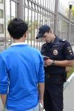Polizeibeamten kontrollieren die Dokumente auf den Straßen von Moskau Lizenzfreies Stockfoto