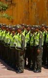 Polizeibeamten stehen an der Aufmerksamkeit in Cartagena Stockbilder