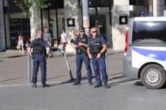 Polizeibeamten, welche die Straße während der Bombendrohung schützen Stockfotos