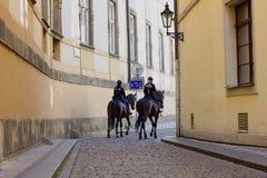 Polizeibeamtin auf einem Pferderuecken Lizenzfreies Stockfoto