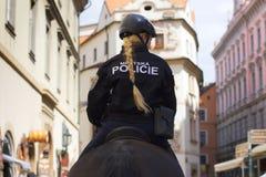 Polizeibeamtin auf einem Pferderuecken Lizenzfreie Stockfotos