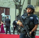 Polizeibeamtin auf Schutz Lizenzfreie Stockfotos