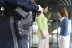 Polizeibeamtin an der Bahnstation. Stockfotos