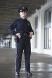 Polizeibeamtin, die an der Bahnstation überwacht. Stockbilder