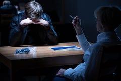 Polizeibeamtin, die eine Zigarette raucht Lizenzfreies Stockbild