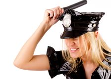Polizeibeamtin ist mit Steuerknüppel überwältigend Stockbilder