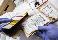 Polizeiexperte gerettet in den Aufzeichnungen eines Kastens und im Beweis eines Falles vom Mord im Laborwissenschaftler stockbilder