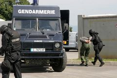 """Polizeigruppen-Fangterroristen mit Bombe in einem Auto in der Stadt von Sofia, Bulgarien †""""Sept, 11,2007 Kriminelle Szene verbr stockbild"""